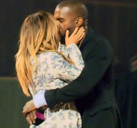 Η Κιμ φιλά τρυφερά τον Κάνιε, έχοντας μόλις πει  Ναι  στην πρόταση γάμου του.