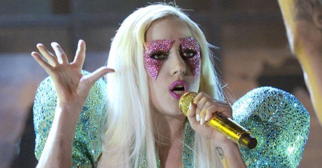 Αντίθετα από τα Γκράμι (από όπου και η φωτογραφία) στο Όκλαντ η Gaga δεν την έβγαλε... όρθια την παράσταση!