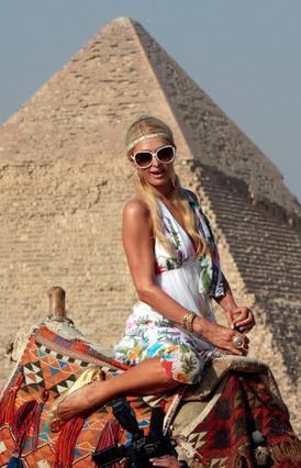 Η Πάρις δείχνει γάμπα και μπράτσο  με φόντο τις Πυραμίδες!
