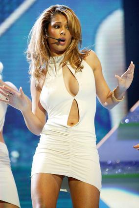 Η Σέριλ Κόουλ το 2004, όταν  τραγουδούσε με τις υπόλοιπες   Girls Aloud .