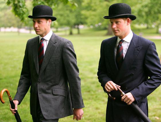 Μπορεί να είναι ντυμένοι ακριβώς  το ίδιο οι δύο πρίγκιπες, αλλά  η αίσθηση του  άνετου  που εκπέμπει ο Χάρι, τον τοποθέτησε στην 5η θέση της λίστας με τους πιο καλοντυμένους αφήνοντας τον αδελφο του