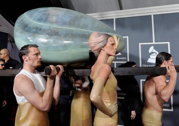 Με αυτό τον τρόπο  περπάτησε   στο κόκκινο χαλί των φετινών  Grammy η Lady Gaga. Μέσα  σε ένα τεράστιο πλατικό αβγό!