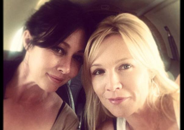 Δύο καλές φίλες ποζάρουν στο ιδιωτικό τζετ που τους μετέφερε στο Λας Βέγκας για να δουν τον Ίαν Ζίερινγκ να κάνει στριπτίζ.