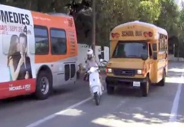 Η στιγμή που λεωφορείο θα χτυπούσε Πάλτροου και κόρη