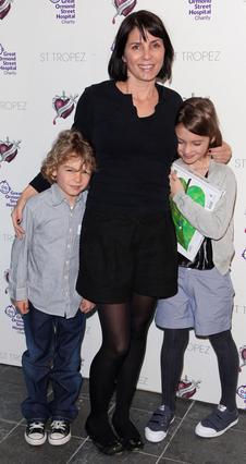 Η Σάντι Φροστ με τα δύο από τα τρία  παιδιά της από τον γάμο της με τον  Τζουντ Λο: την Αιρις και τον Ράφερτι.