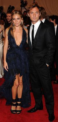 Η Σιένα Μίλερ και ο Τζουντ Λο στην πρώτη τους κοινή εμφάνιση μετά την επανασύνδεση.