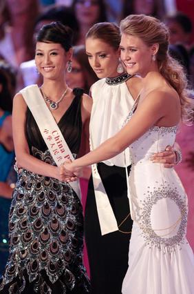 Η Αλεξάντρια Μιλς (δεξιά), η Μις  Ιρλανδρία Έμα Γουόλντρον (κέντρο) και η Μις Κίνα Τανγ Σιάο, περιμένουν τα αποτελέσματα που έδωσαν τελικά  την πολυπόθητη κορώνα στη Μις ΗΠΑ.
