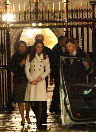 Η Κέιτ επισκέφτηκε το Αββαείο του  Γουεστμίνστερ για να έχει άποψη ώστε να αποφασίσει που θα γίνει ο γάμος. Πρώτη φορά δίπλα της  είχε προσωπικούς φρουρούς.