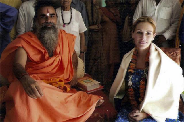 Η Τζούλια Ρόμπερτς με τον ινδό ιερέα που ευλόγησε την ιδια και τα παιδιά της.