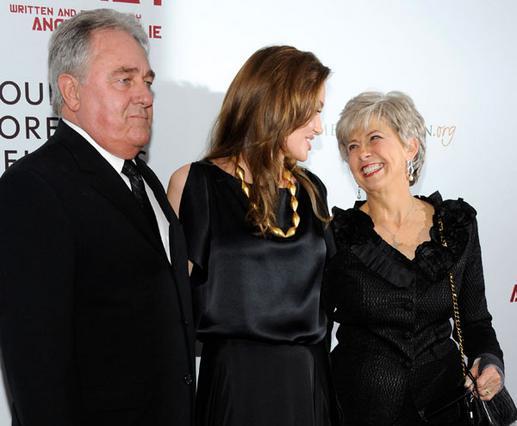 Η Αντζελίνα Τζολί μαζί με τους γονείς του Μπραντ, Μπιλ και Τζέιν, με τους οποίους έχει τις καλύτερες σχέσεις.