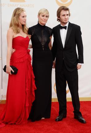 Η Ντίλαν στην τελευταία επίσημη δημόσια εμφάνιση μαζί με τη μητέρα της, Ρόμπιν Ράιτ, και τον αδελφό της, Χόπερ Πεν.