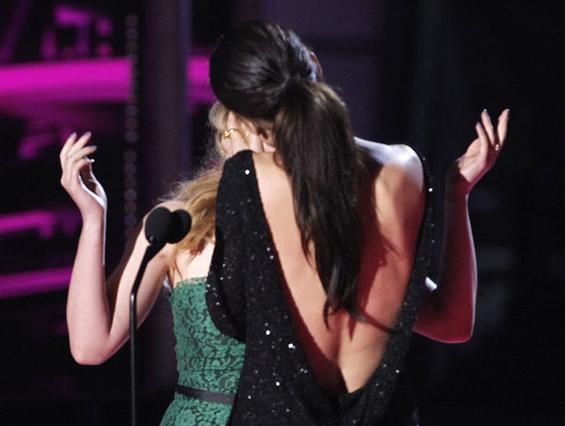 Το φιλί της Σάντρα με τη Σκάρλετ  Γιόχανσον στα κινηματογραφικά  βραβεία του MTV, προκάλεσε ουκ  ολίγα σχόλια.
