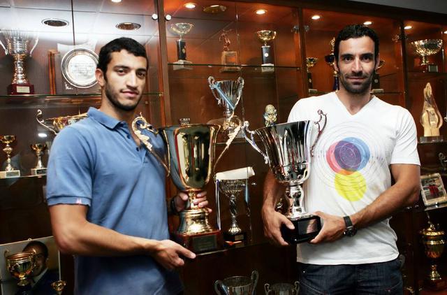 Ο Χρήστος Αφρουδάκης, αριστερά με την κούπα του πρωταθλήματος και ο Γιώργος με αυτή του Κυπέλλου