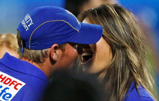 Συγχαρητήρια με ένα φιλί για τον Σέιν Γουορν από την αγαπημένη του Ελίζαμπεθ Χάρλεϊ