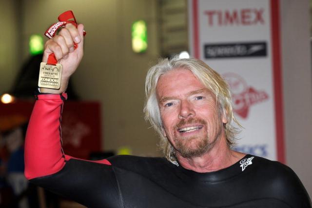 Αγωνιστικό πνεύμα: Ο Ρίτσαρντ Μπράνσον δείχνει το μετάλλιο του στους αγώνες τριάθλου του ομίλου Virgin τον περασμένο Ιούλιο.