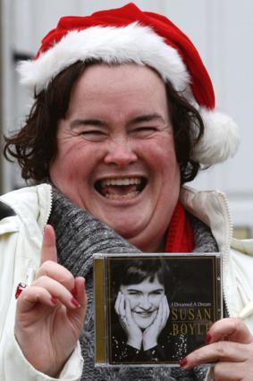 Η Σούζαν ποζάρει γελαστή, φορώντας το σκουφί του Άη -Βασίλη!