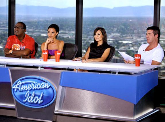 Η κριτική επιτροπή του American Idol:  Ράντι Τζάκσον, Κάρα ΝτιοΓκουάρντι,  Βικτόρια Μπέκαμ και Σάιμον Κάουελ.