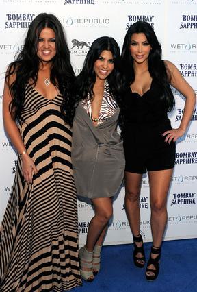 Κλόι, Κόρτνεϊ και Κιμ. Με το ριάλιτι   Follow the Kardashians  στο οποίο  πρωταγωνιστούν, οι αδελφές  Καρντάσιαν μας προσκαλούν όλους  στη λαμπερή ζωή τους.