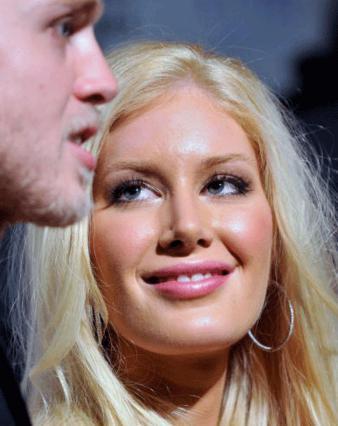 Κάποτε η Χάιντι τον κοιτούσε στα μάτια το σύζυγο αλλά τώρα κενό!