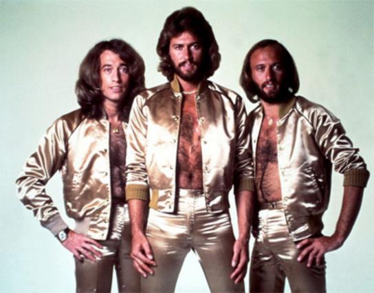 Οι Bee Gees την εποχή της μεγάλης δόξας τους. Δεξιά, ο Ρόμπιν.