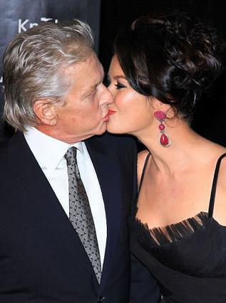 Τρυφερά φιλιά μπροστά στις κάμερες  για την Κάθριν Ζέτα Τζόουνς και τον  Μάικλ Ντάγκλας, οι οποίοι εμφανίστηκαν  μαζί στην πρεμιέρα της ταινίας   Wall Street 2  στη Νέα Υόρκη.