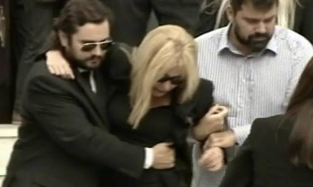Δουκακάρου: Κατέρρευσε στην κηδεία του άντρα της