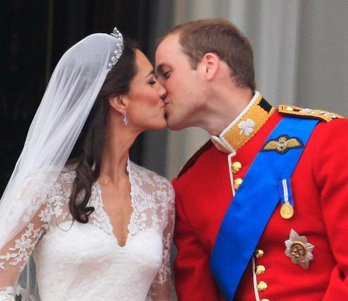 Το πρώτο φιλί της Κάθριν και του Γουίλιαμ έμεινε πια στην ιστορία, χωρίς όμως να ευχαριστήσει τελείως τον κόσμο που ζητούσε κι άλλο...