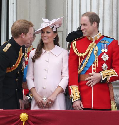 Η Κέιτ ανάμεσα στον σύζυγό της, Γουίλιαμ, και τον κουνιάδο της, Χάρι, στην τελευταία της επίσημη εμφάνιση πριν γίνει μανούλα.