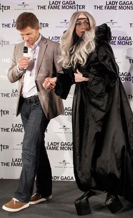 Το έκανε πάλι το θαύμα της  η Lady Gaga. Φόρεσε πανύψηλες  πλατφόρμες χωρίς καθόλου τακούνι (!) γι' αυτό και χρειαζόταν βοήθεια  σε κάθε βήμα της.