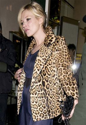 Με στήθος και κοιλίτσα εμφανίστηκε η Κέιτ Μος σε πρόσφατη έξοδό της σε λονδρέζικο εστιατόριο.