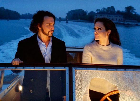 Η  Αντζελίνα Τζολί με τον Τζόνι Ντεπ σε σκηνή της ταινίας   The tourist .