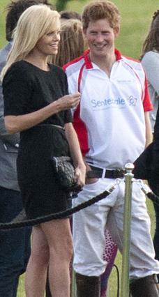 Ψιλή κουβέντα με γελάκια και αστειάκια είχαν ο πρίγκιπας Χάρι και η Σαρλίζ Θερόν κατά τη διάρκεια αγώνα πόλο που παρακολούθησαν στο Άσκοτ.