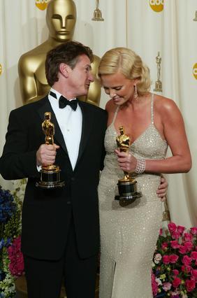 Πριν από 10 χρόνια, το 2004, ο Σον Πεν και η Σαρλίζ Θερόν είχαν βραβευτεί αμφότεροι με βραβείο Όσκαρ.