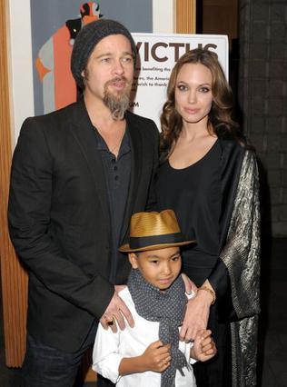 Οι Μπραντζελίνα με τον γιο τους Μάντοξ σε κοσμική εκδήλωση στις  αρχές Δεκεμβρίου.