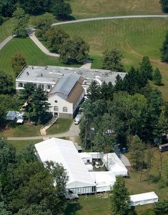 Το μεγαλοπρεπές κτήμα στο Ρίνεμπεκ,  έξω από τη Νέα Υόρκη, που θα  φιλοξενήσει τον κειστό γάμο  της Τσέλσι Κλίντον και τους 400 καλεσμένους της.
