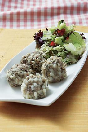 Γιουβαρλάκια με σαλάτα