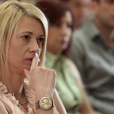 Η βουλευτής του ΣΥΡΙΖΑ ποζάρει σε ρόλο... μοντέλου για λογαριασμό του περιοδικού YOU, ενώ προχωράει σε γενναίες αποκαλύψεις, όπως ότι δε φοβάται τις πλαστικές, ενώ για το τατουάζ που κοσμεί το χέρι τη