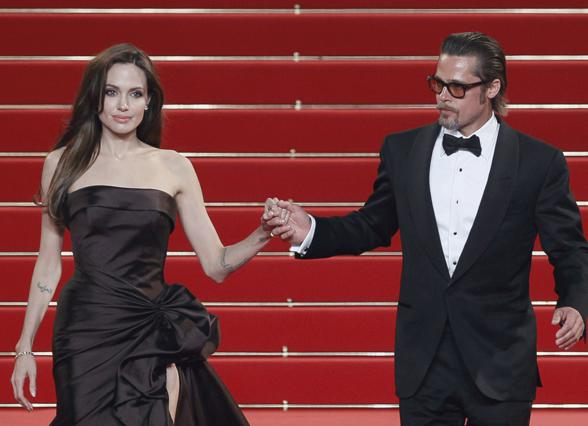 Οι Μπραντζελίνα ποζάρουν πιασμένοι χέρι- χέρι στην πρεμιέρα της ταινίας  Tree Of Life  όπου  και πρωταγωνιστεί ο 47χρονος ηθοποιός!