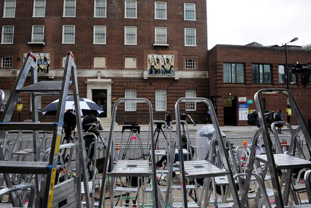 Δημοσιογράφοι και ρεπόρτερ παίρνουν θέση απέναντι από το μαιευτήριο