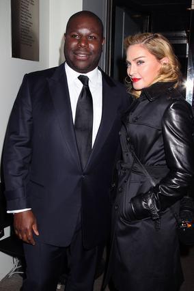 Αφού είχε περάσει όλη την προβολή γράφοντας στο κινητό της, η Μαντόνα πόζαρε με τον σκηνοθέτη Στιβ ΜακΚουίν, τον οποίο και συνεχάρη θερμά για την ταινία του. Μάλιστα...