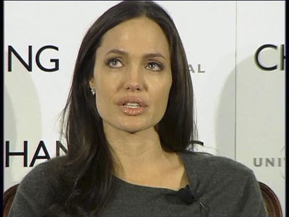 Η Αντζελίνα ενώ προσπαθεί να συγκρατήσει τα δάκρυα της στη συνέντευξη στο Λονδίνο.