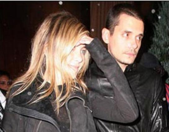 Το ζευγάρι κατά την έξοδό του από το εστιατόριο όπου δείπνησαν με τους γονείς της Τζένιφερ.