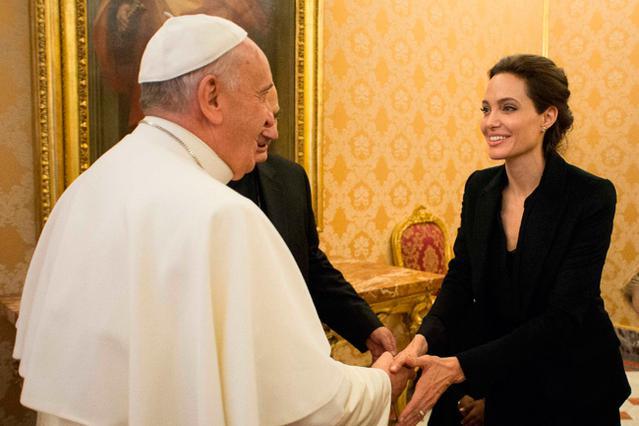 Όταν η Αντζελίνα γνώρισε τον Πάπα