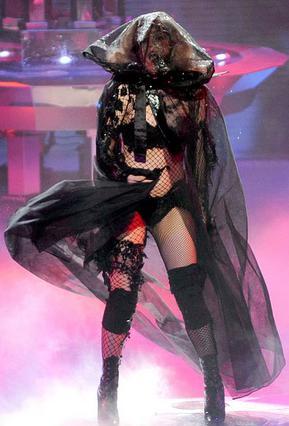 Έτσι εμφανίστηκε στη σκηνή του  American Idol η Lady Gaga. Η φωνή της όμως, την πρόδωσε  σε μερικά σημεία της ερμηνείας της.