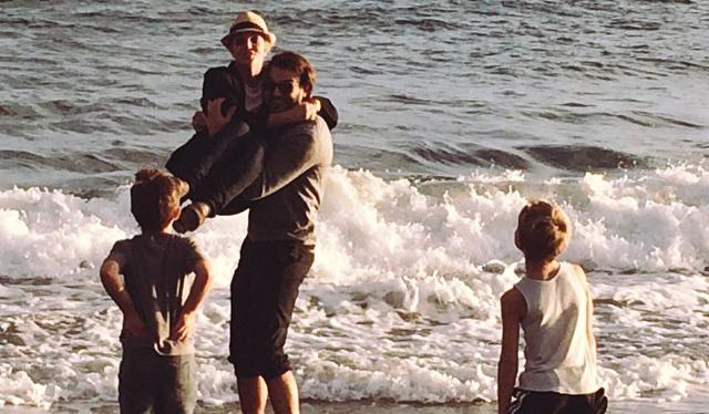 Σπίαρς: Παιχνίδια στη θάλασσα με τα 3 αγόρια της