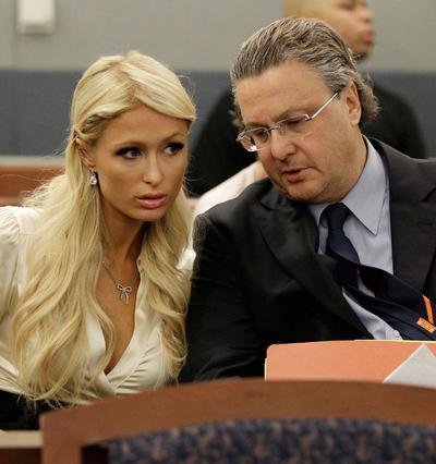 Η Πάρις ακούει με προσοχή τον  δικηγόρο της, Ντέιβιντ Τσέρνοφ, σαν καλή... μαθήτρια.