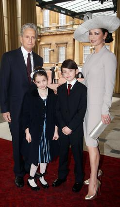 Η Κάθριν Ζέτα Τζόουνς με τον Μάικλ Ντάγκλας και τα παιδιά τους, Ντίλαν και Κλαρίς μετά την πρόσφατη βράβευσή της από τον πρίγκιπα Κάρολο.