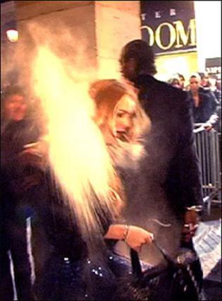 Η Λόχαν δέχεται επίθεση με αλεύρι.