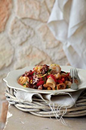 Καλαμαράκια με ρεβίθια, πιπεριές και πικάντικο λουκάνικο