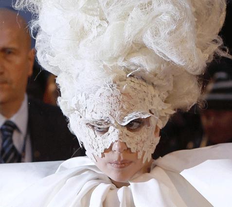 Όλοκληρη η εμφάνιση της εκκεντρικής Gaga ήταν αφιερωμένη στον αδικοχαμένο φίλο της και σχεδιαστή Αλεξάντερ Μακ Κουίν!